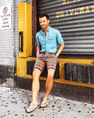 Comment porter: chemise en jean bleu clair, short imprimé multicolore, sandales en daim beiges, ceinture en cuir marron