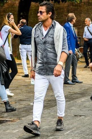 Comment porter un t-shirt à col en v blanc pour un style relax: Harmonise un t-shirt à col en v blanc avec un jean déchiré blanc pour un look idéal le week-end. Une paire de des chaussures de sport marron foncé est une option astucieux pour complèter cette tenue.