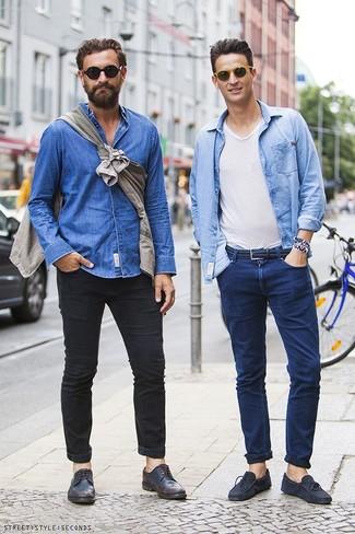 Comment porter: chemise en jean bleu clair, t-shirt à col en v blanc, jean bleu marine, mocassins en daim bleu marine