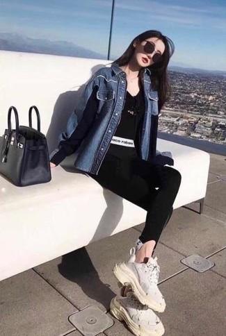 Comment porter: chemise en jean bleue, t-shirt à col en v noir, leggings noirs, chaussures de sport blanches