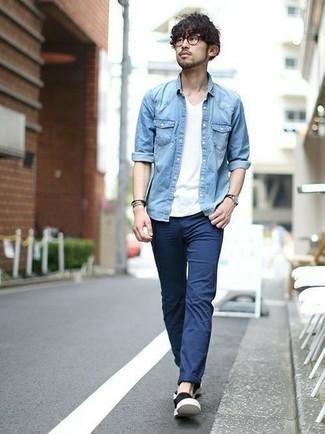 Tendances mode hommes: Opte pour une chemise en jean bleu clair avec un pantalon chino bleu marine pour une tenue confortable aussi composée avec goût. Cette tenue est parfait avec une paire de des baskets à enfiler en toile noires.