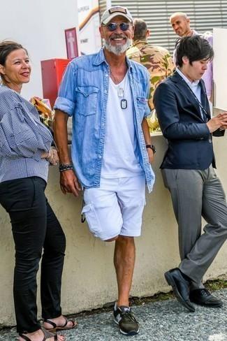 Comment porter une chemise: Essaie d'harmoniser une chemise avec un short blanc pour un look de tous les jours facile à porter. Fais d'une paire de des chaussures de sport olive ton choix de souliers pour afficher ton expertise vestimentaire.
