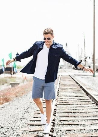 Comment porter une chemise en jean bleu marine: Pense à opter pour une chemise en jean bleu marine et un short bleu clair pour un déjeuner le dimanche entre amis. Une paire de des baskets basses en toile blanches est une option génial pour complèter cette tenue.