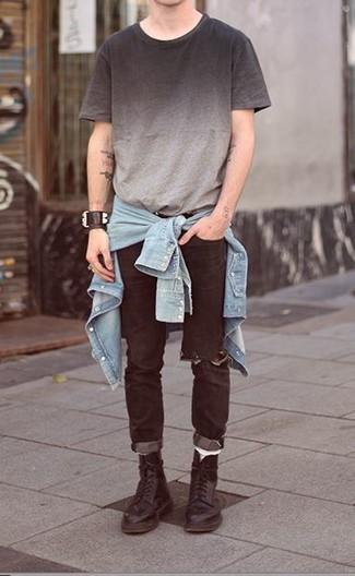 Comment porter: chemise en jean bleu clair, t-shirt à col rond ombre gris, jean déchiré noir, bottes de loisirs en cuir noires