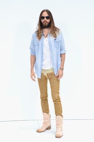 Comment porter: chemise en jean bleu clair, t-shirt à col rond blanc, jean doré, bottes western en daim roses