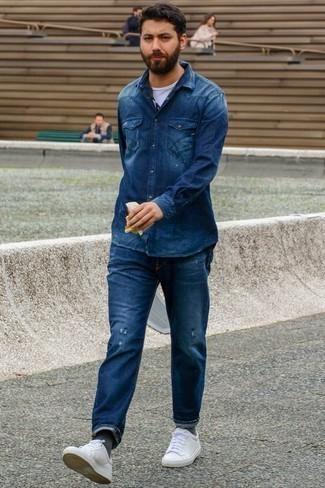 Tendances mode hommes: Associe une chemise en jean bleu marine avec un jean déchiré bleu marine pour une tenue relax mais stylée. Une paire de des baskets basses en cuir blanches est une façon simple d'améliorer ton look.