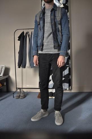 Comment porter un jean noir: Associe une chemise en jean bleue avec un jean noir pour obtenir un look relax mais stylé. Une paire de des baskets basses en toile grises s'intégrera de manière fluide à une grande variété de tenues.