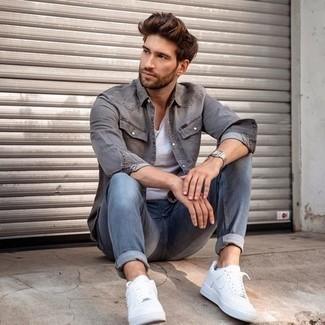 Comment porter un jean bleu: Associe une chemise en jean grise avec un jean bleu pour un look de tous les jours facile à porter. Assortis ce look avec une paire de baskets basses en cuir blanches.