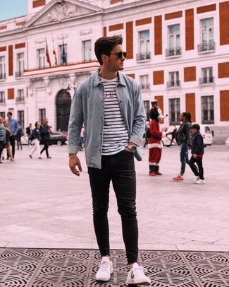 Comment porter: chemise en jean bleu clair, t-shirt à col rond à rayures horizontales blanc et bleu marine, jean skinny noir, baskets basses blanches