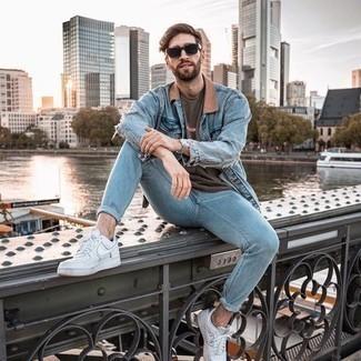 Comment porter un jean skinny bleu clair: Pense à marier une chemise en jean bleu clair avec un jean skinny bleu clair pour un look idéal le week-end. Une paire de baskets basses en cuir blanches est une option judicieux pour complèter cette tenue.