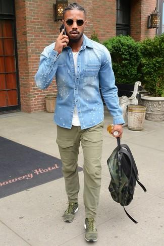 Comment porter: chemise en jean bleu clair, t-shirt à col rond blanc, pantalon cargo olive, chaussures de sport olive