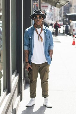 Comment porter un chapeau en laine gris foncé: Essaie de marier une chemise en jean bleu clair avec un chapeau en laine gris foncé pour un look idéal le week-end. Transforme-toi en bête de mode et fais d'une paire de des baskets montantes en toile blanches ton choix de souliers.