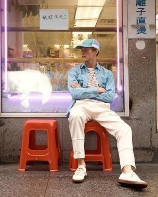 Tendances mode hommes: Pense à marier une chemise en jean bleu clair avec un pantalon cargo beige pour une tenue idéale le week-end. Assortis ce look avec une paire de des baskets basses en toile beiges.