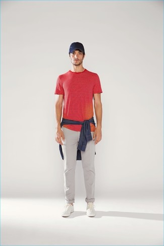 Comment porter: chemise en jean bleu marine, t-shirt à col rond à rayures horizontales rouge, pantalon chino gris, baskets basses en cuir blanches