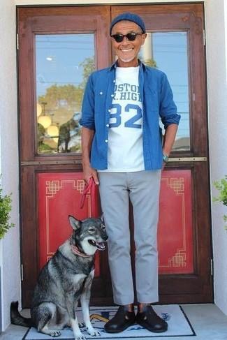 Comment porter: chemise en jean bleue, t-shirt à col rond imprimé blanc et bleu, pantalon chino gris, sandales en cuir noires