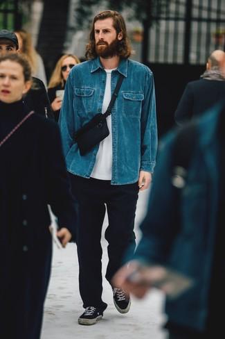 Comment porter un pantalon chino en laine bleu marine: Pour une tenue de tous les jours pleine de caractère et de personnalité essaie d'harmoniser une chemise en jean bleue avec un pantalon chino en laine bleu marine. Une paire de des baskets basses en toile noires s'intégrera de manière fluide à une grande variété de tenues.