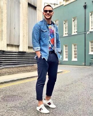 Comment porter une ceinture en cuir noire: Pour une tenue aussi confortable que ton canapé, marie une chemise en jean bleue avec une ceinture en cuir noire. Jouez la carte classique pour les chaussures et opte pour une paire de baskets basses en cuir imprimées blanches.