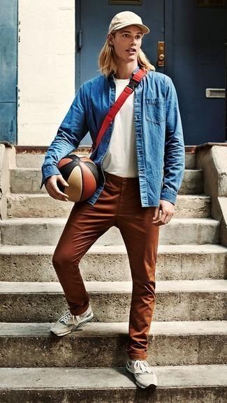 Comment porter une chemise en jean bleue: Harmonise une chemise en jean bleue avec un pantalon chino tabac pour une tenue idéale le week-end. Jouez la carte décontractée pour les chaussures et termine ce look avec une paire de chaussures de sport beiges.