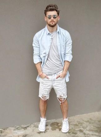 Associer une chemise en jean avec un short en denim blanc est une option confortable pour faire des courses en ville. Décoince cette tenue avec une paire de des baskets montantes en toile blanches.