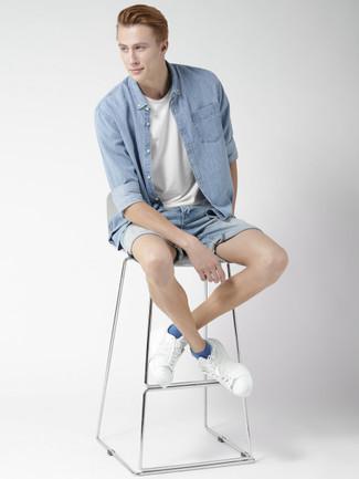 Comment porter: chemise en jean bleu clair, t-shirt à col rond blanc, short en denim bleu clair, baskets basses en cuir blanches