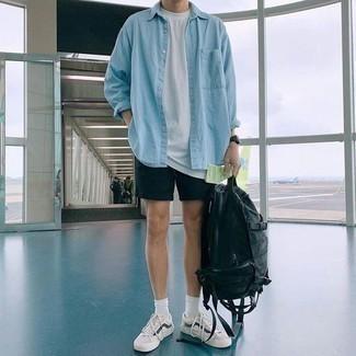 Comment porter une montre: Choisis une chemise en jean bleu clair et une montre pour une tenue idéale le week-end. Apportez une touche d'élégance à votre tenue avec une paire de des baskets basses blanc et bleu marine.