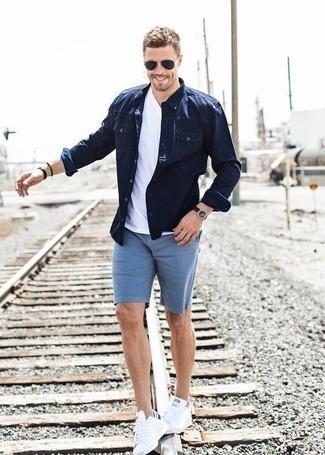 Comment porter une chemise en jean bleu marine: Essaie de marier une chemise en jean bleu marine avec un short bleu clair pour une tenue idéale le week-end. Complète ce look avec une paire de des baskets basses en toile blanches.