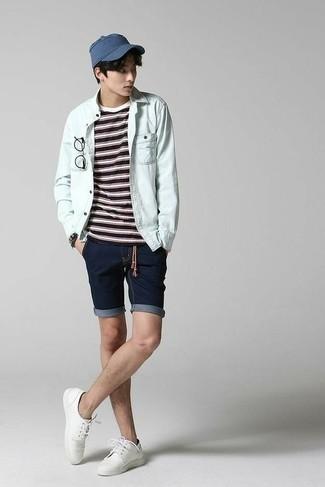 Comment porter une chemise en jean bleu clair: Pense à porter une chemise en jean bleu clair et un short en denim bleu marine pour une tenue confortable aussi composée avec goût. Opte pour une paire de des chaussures derby en toile blanches pour afficher ton expertise vestimentaire.