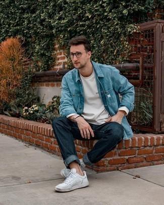 Comment porter des lunettes de soleil transparentes: Pense à opter pour une chemise en jean bleu clair et des lunettes de soleil transparentes pour une tenue idéale le week-end. Assortis cette tenue avec une paire de baskets basses en cuir blanches pour afficher ton expertise vestimentaire.