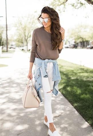 Comment porter: chemise en jean bleu clair, t-shirt à manche longue marron, jean skinny déchiré blanc, baskets à enfiler blanches