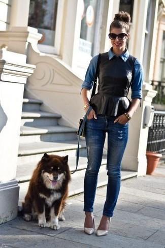 Comment porter: chemise en jean bleue, top à basque en cuir noir, jean skinny déchiré bleu marine, escarpins en cuir beiges