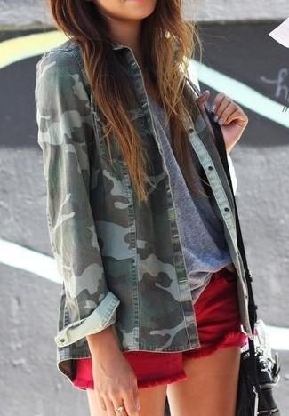Comment porter un short en denim rouge: Associe une chemise en jean camouflage verte avec un short en denim rouge pour obtenir un look relax mais stylé.
