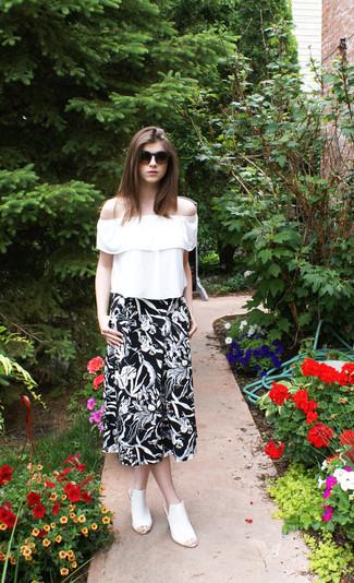 Comment porter: chemise paysanne à volants blanche, jupe mi-longue à fleurs noire et blanche, mules en cuir blanches, lunettes de soleil marron foncé