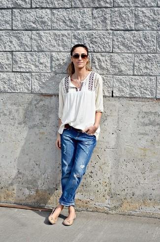 Comment porter: chemise paysanne brodée blanche, jean boyfriend déchiré bleu, ballerines en cuir beiges, ceinture en cuir marron foncé