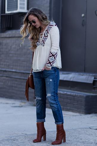 Comment porter: chemise paysanne imprimée beige, jean boyfriend déchiré bleu, bottines en cuir bordeaux, sac bandoulière en cuir à franges marron foncé