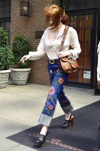 Comment porter: chemise paysanne blanche, jean brodé bleu, mules en cuir noires, sac bandoulière en cuir marron