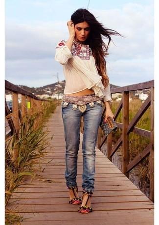 Comment porter: chemise paysanne brodée blanche, jean bleu, sandales à talons en daim multicolores, pochette en cuir imprimée noire