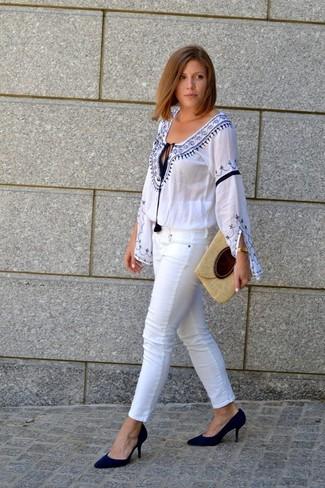 Comment porter: chemise paysanne brodée blanc et bleu, jean skinny blanc, escarpins en daim noirs, pochette de paille beige
