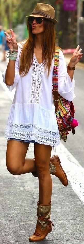 Comment porter: chemise paysanne en crochet blanche, minijupe en denim bleue, bottes mi-mollet en cuir marron, sac à dos en toile multicolore
