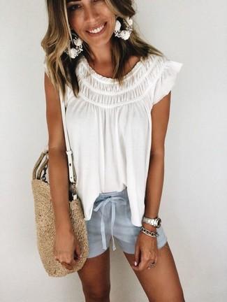 Comment porter: chemise paysanne blanche, short bleu clair, sac fourre-tout de paille marron clair, bracelet argenté