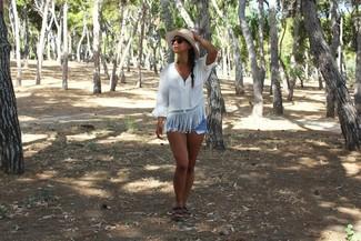 Comment porter: chemise paysanne blanche, short en denim bleu clair, sandales plates en cuir noires, chapeau de paille beige