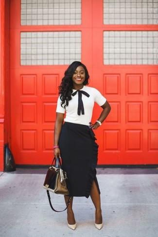 Comment porter: chemisier à manches courtes blanc et noir, jupe mi-longue à volants noire, escarpins en cuir beiges, sac fourre-tout en cuir doré
