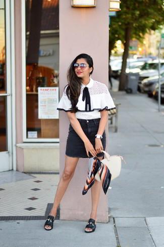 Comment porter: chemisier à manches courtes blanc et noir, minijupe en denim noire, mules en cuir noires, sac fourre-tout en cuir beige