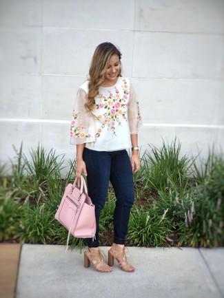 Comment porter: chemisier à manches courtes brodé blanc, jean skinny bleu marine, sandales à talons en daim marron clair, sac fourre-tout en cuir rose