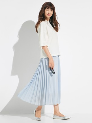 Comment porter: chemisier à manches courtes blanc, jupe mi-longue plissée bleu clair, ballerines en cuir argentées