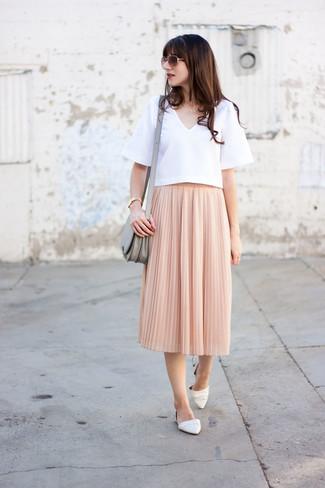 Comment porter: chemisier à manches courtes blanc, jupe mi-longue plissée rose, ballerines en cuir blanches, sac bandoulière en cuir gris