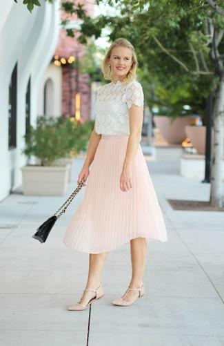 Comment porter: chemisier à manches courtes en dentelle blanc, jupe mi-longue plissée rose, ballerines en cuir roses, cartable en cuir matelassé noir