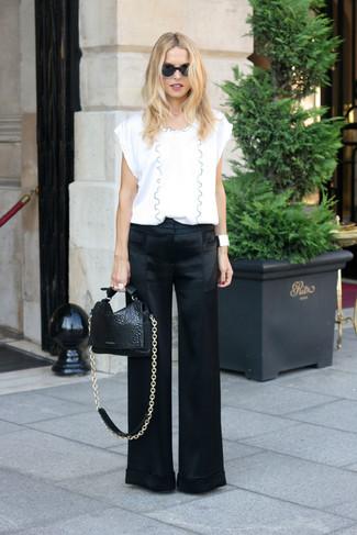 Comment porter un chemisier: Pense à marier un chemisier avec un pantalon large en satin noir pour achever un look chic.
