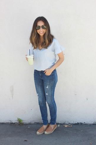 Comment porter: chemisier à manches courtes bleu clair, jean skinny bleu, espadrilles en cuir marron