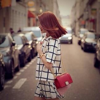 Comment porter un short blanc: Pense à opter pour un chemisier à manches courtes écossais blanc et noir et un short blanc pour une tenue idéale le week-end.