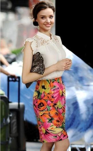 Tenue de Miranda Kerr: Chemisier à manches courtes en dentelle beige, Jupe crayon à fleurs multicolore, Pochette pailletée marron foncé